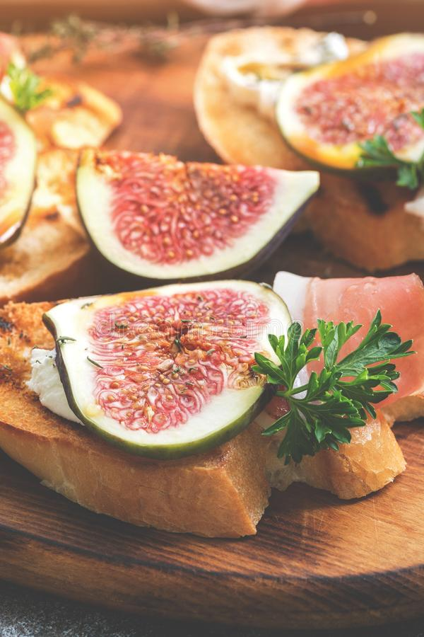 Prosciutto z figami zakończenie, selekcyjna ostrość Apetyczna kanapka z figami, baleronem i serem, zdjęcia stock