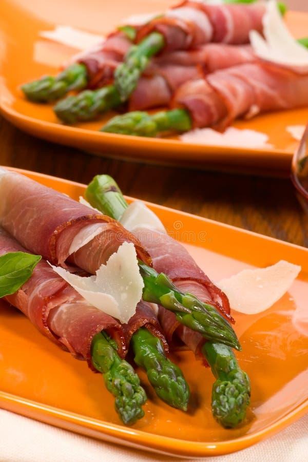 prosciutto zapakowany asparagus obraz royalty free