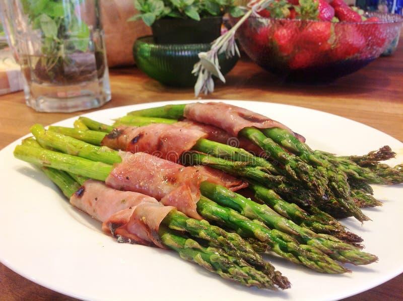 prosciutto zapakowany asparagus zdjęcie stock