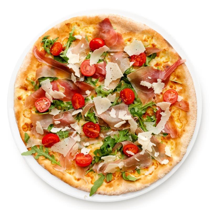 Prosciuttopizza met kersentomaten en rucola die op whi wordt geïsoleerd royalty-vrije stock afbeelding