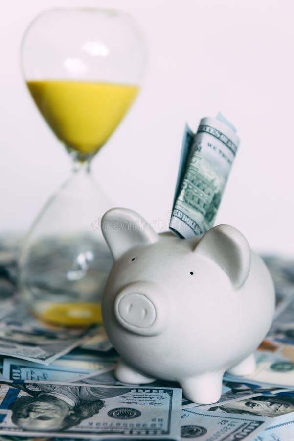 Prosiątka moneybox z dolar gotówką fotografia royalty free
