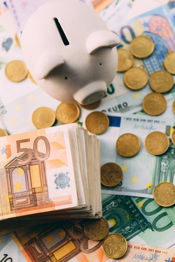 Prosiątka moneybox z euro gotówką obraz stock
