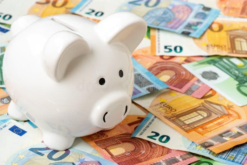 Prosiątka moneybox z euro gotówki zbliżeniem zdjęcie stock
