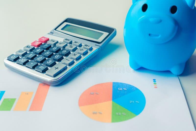 Prosiątko bank, kalkulator i pieniężni dokumenty z grafika dane, zdjęcie stock