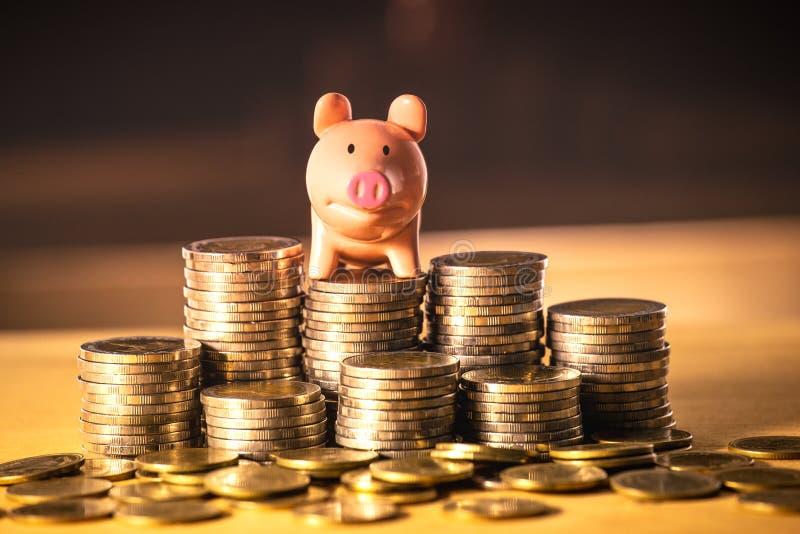 Prosiątko bank na pieniądze stercie dla ratować pieniądze pojęcie, przestrzeń biznesowego planowania pomysły, asekuracyjny życie  fotografia stock