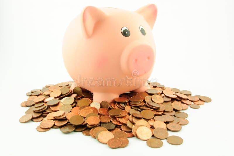 Prosiątko bank na stosie euro centu monety zdjęcie stock