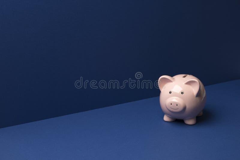 Prosiątko Menniczy bank Nad Błękitną tło kopii przestrzenią zdjęcia stock