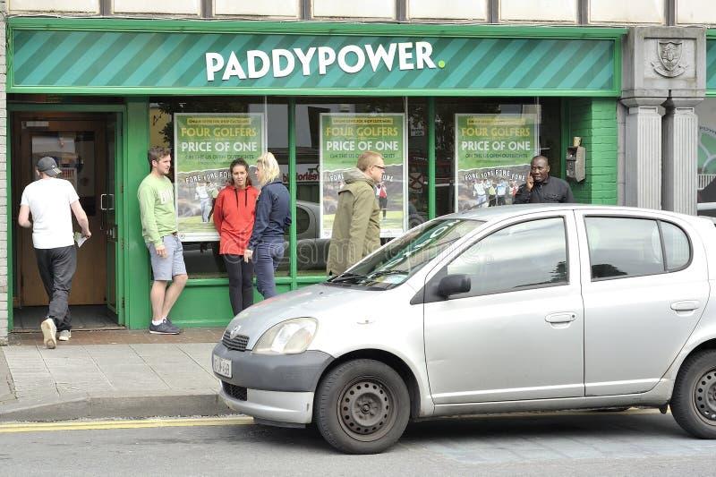 Prospecte la colina, Galway, Irlanda junio de 2017, Paddy Power que apuesta ho foto de archivo