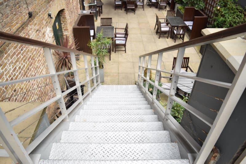 Prospettiva ascendente delle scale metalliche che vanno giù fotografia stock libera da diritti