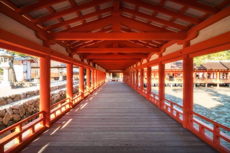 Prospettiva dei corridoi al santuario di Itsukushima, Miyajima, Giappone fotografia stock libera da diritti