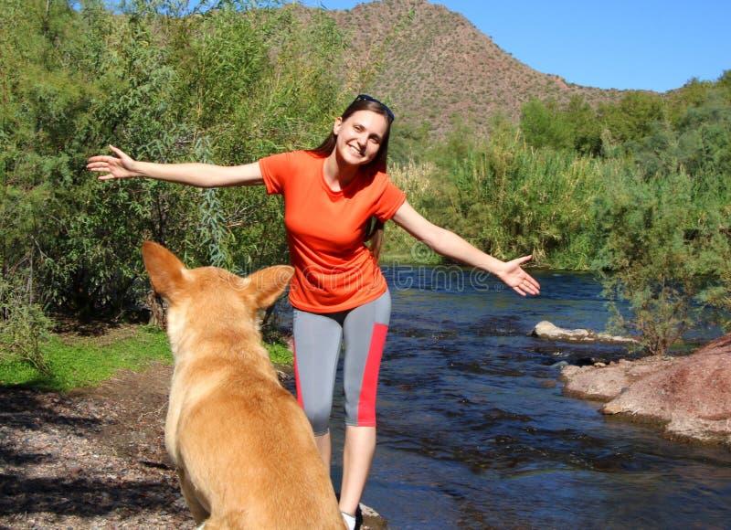 Prospettiva del cane di una donna felice immagine stock