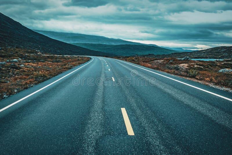 Prospettiva della strada in tempo nuvoloso fotografia stock libera da diritti