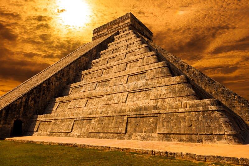 Prospettiva di El Castillo (il tempio di Kukulkan) di Chichen Itza fotografia stock