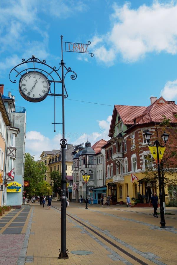 Prospettiva di Kurortny con un orologio di KRANZ in tempo soleggiato Biglietto da visita del centro turistico fotografie stock