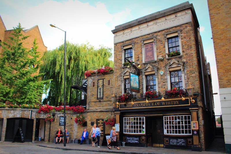 Prospettiva di vecchia vista inglese Londra della via del pub di Whitby immagini stock libere da diritti