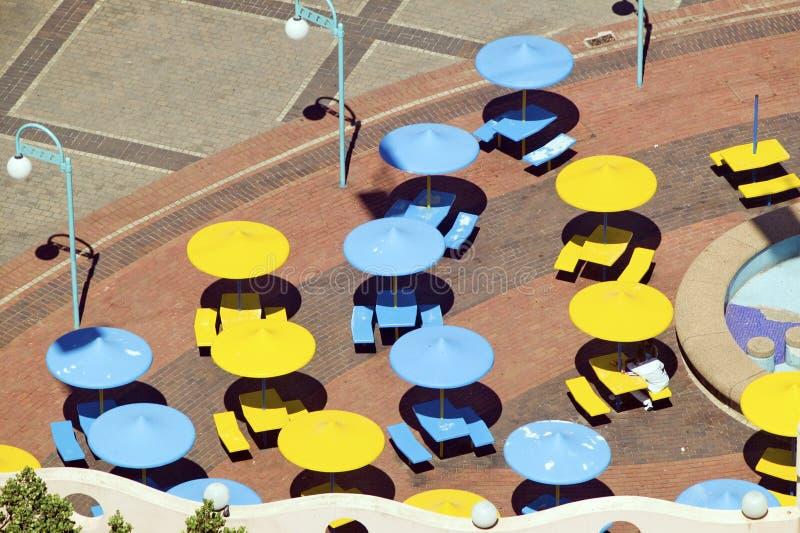 Prospettiva elevata degli ombrelli brillantemente colorati del blu e di giallo lungo la parte anteriore dell'Oceano Indiano di Du fotografia stock libera da diritti