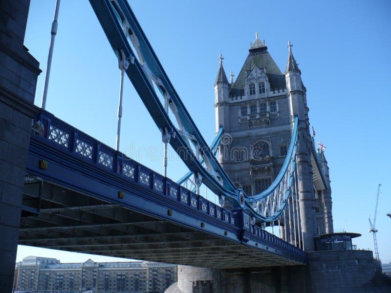 Prospettiva insolita del ponte della torre immagine stock libera da diritti