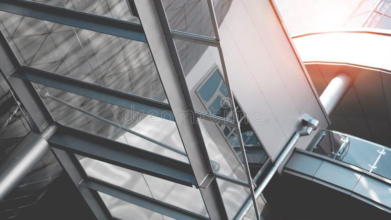 Prospettiva luminosa per il commercio Complesso di uffici moderno con il sole immagini stock libere da diritti