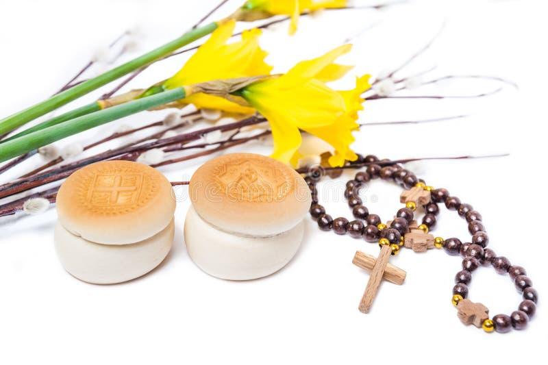 Prosphoras ortodoxos, gotas de rezo, narciso amarillo de la flor y b imágenes de archivo libres de regalías