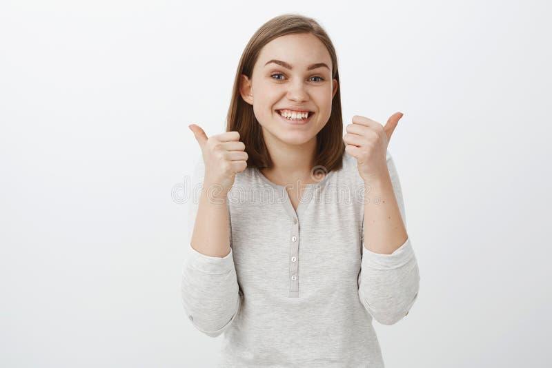 Prossiga-o fazer grande Retrato da mulher devista encantador que cheering do amigo que apoia o na competição fotografia de stock