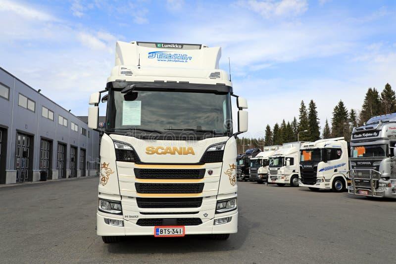 Prossima generazione bianca Scania R520 con i camion di Scania fotografie stock