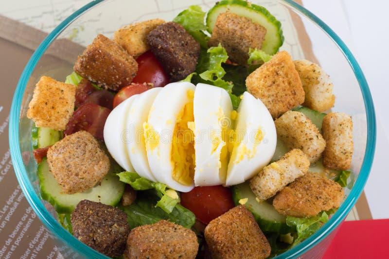 Prosta domowa robić sałatka z gotowanym jajkiem w pucharze fotografia royalty free