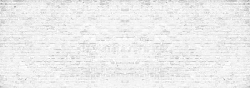 Prosta grungy biała ściana z cegieł z światłem - szary cienia wzoru powierzchni tekstury tło w szerokim panorama sztandaru formac zdjęcie stock