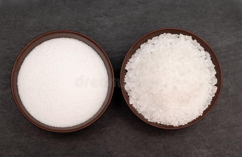 Prostacka i świetna solankowa białego morza sól na czarnym tle zdjęcie stock
