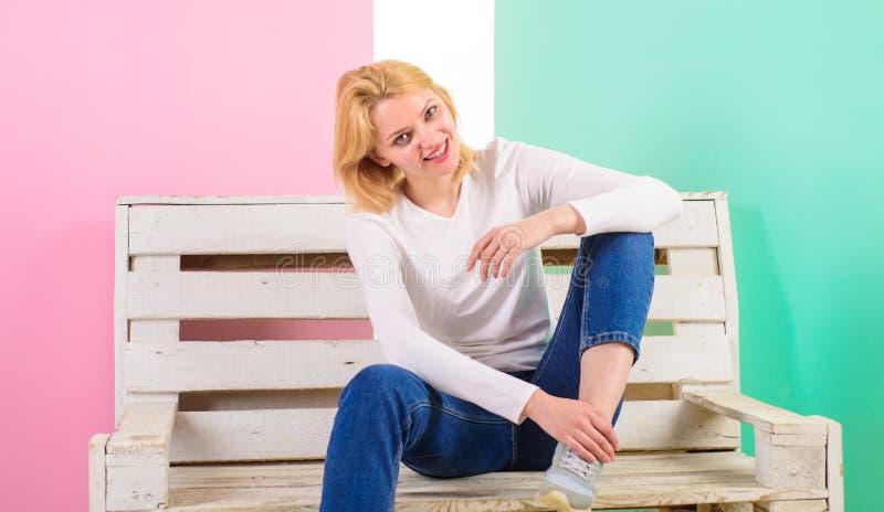 proste piękno Jest po prostu wspaniała Piękny młoda kobieta uśmiech podczas gdy siedzący na ławce przeciw różowemu tłu dziewczyna zdjęcie royalty free