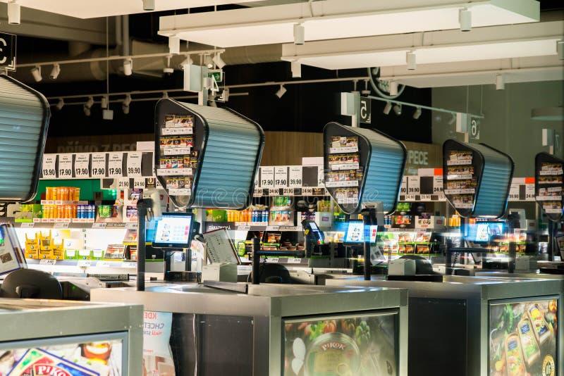 Prostejov tjecktekniker 8th September 2017 Sikt på kassor i den Lidl supermarket med inga personer Stängd stormarknad Ingen royaltyfri foto