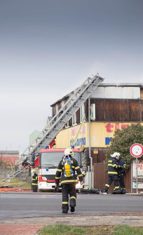 Prostejov tschechischer Repräsentant am 28. Januar - Feuerwehrmannleiterauto nahe bei einem Fertighaus beschädigte durch Feuer Wi stockfotografie