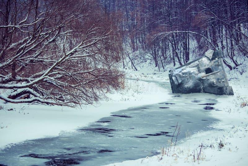 Prosternez-vous le réservoir sous la neige photo stock