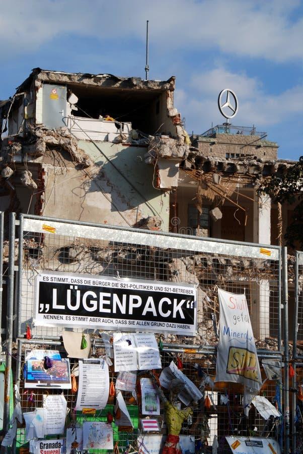 Prostest mot Stuttgart 21 på staketet arkivbild
