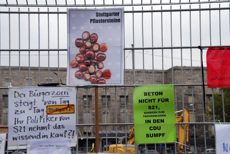 Prostest mot Stuttgart 21 p? staketet royaltyfri fotografi