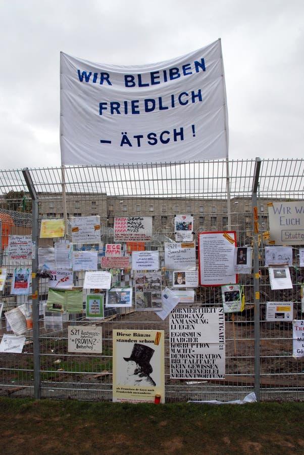 Prostest mot Stuttgart 21 p? staketet fotografering för bildbyråer