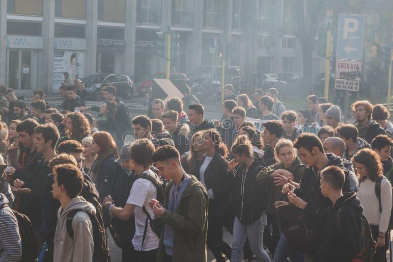 prostesting在米兰,意大利的数千学生和theachers 库存图片