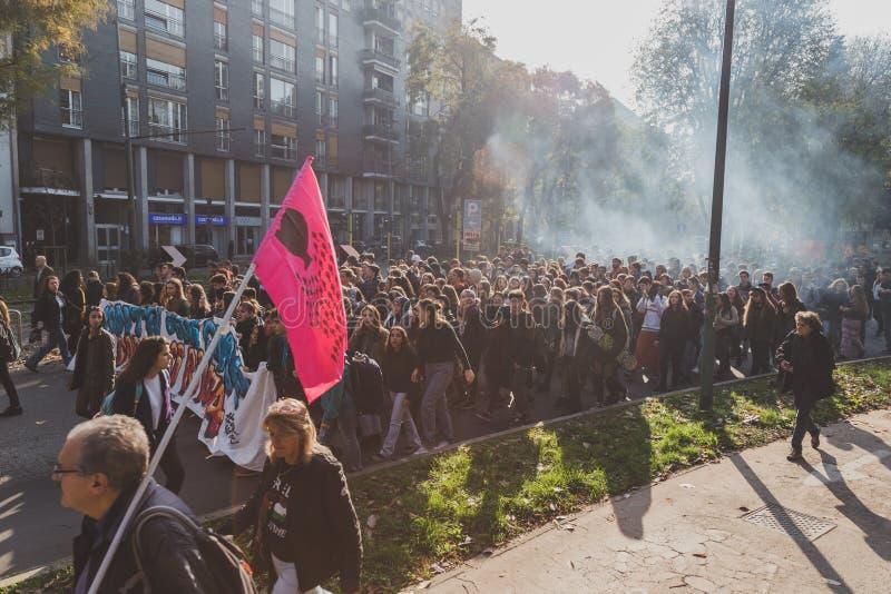 prostesting在米兰,意大利的数千学生和theachers 免版税库存照片