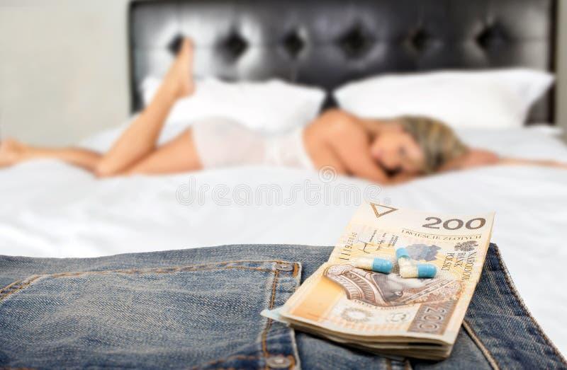 Prostituee die met cliënt op haar plaats werken stock foto's
