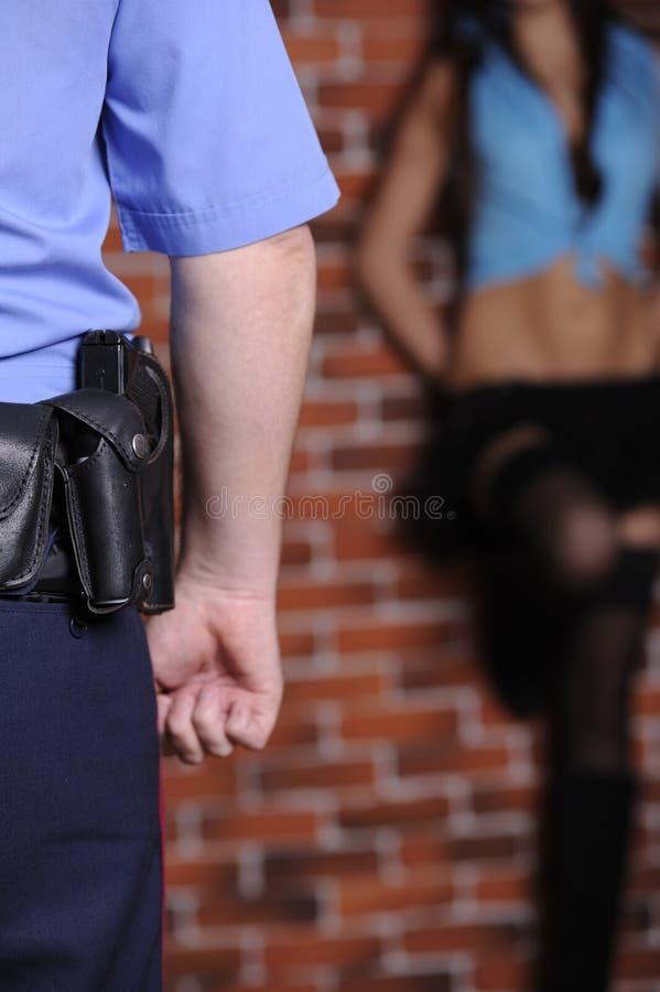 Prostituta di ritardo dell'ufficiale di polizia fotografia stock