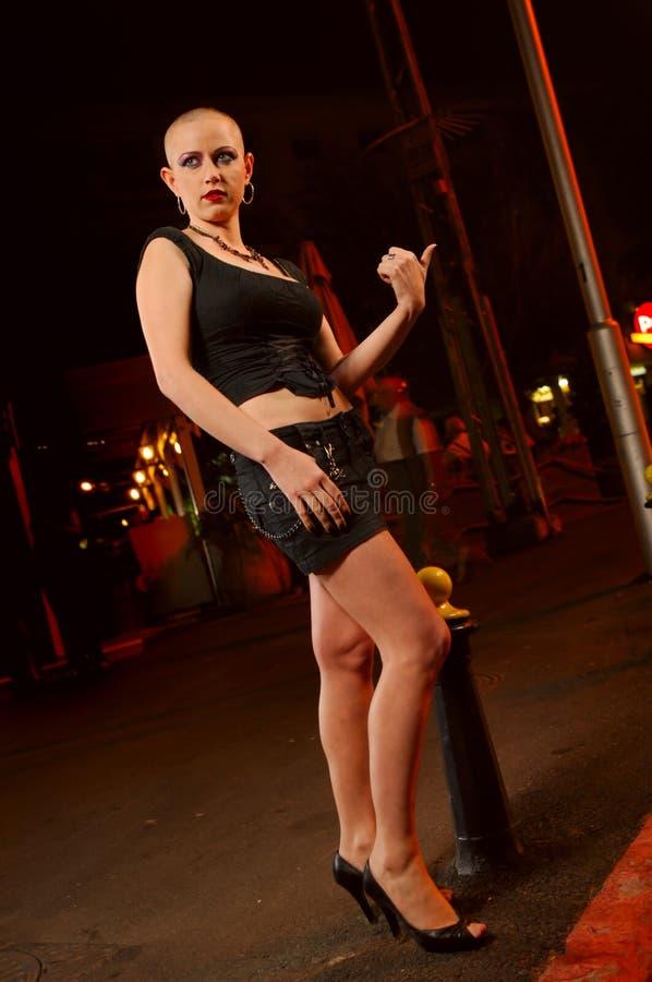 Prostitute calva en la calle imagenes de archivo