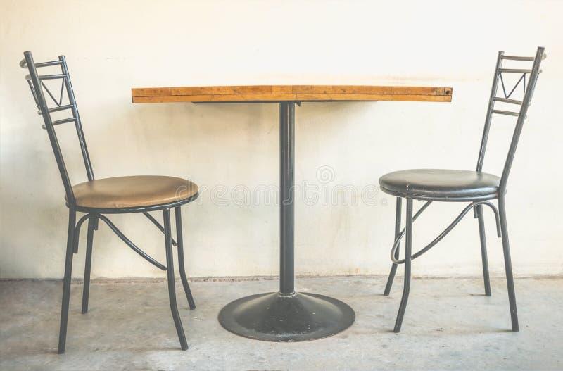 Prostota ustawiająca łomotać i herbaciany stół zdjęcia royalty free