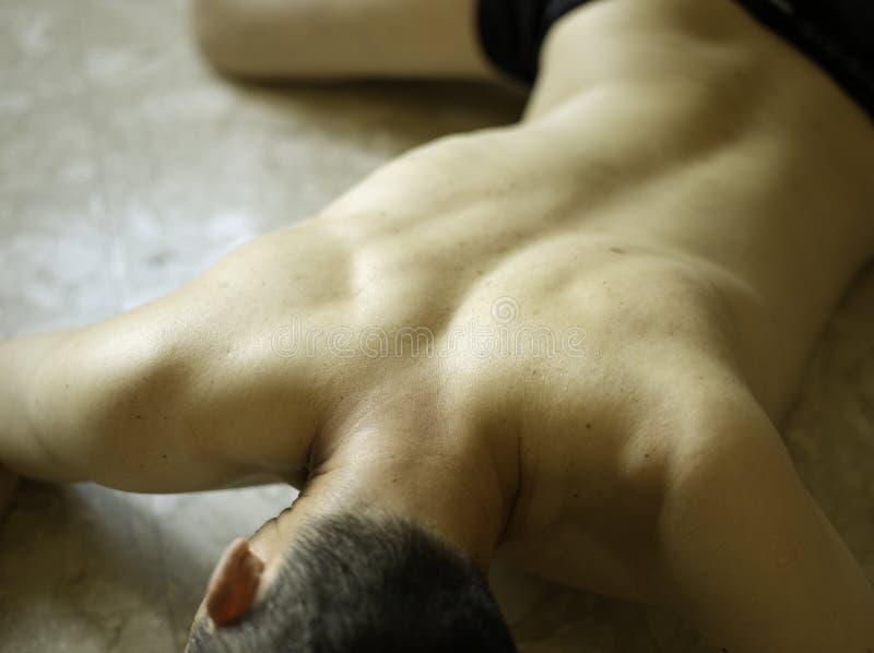 prostrate tillbaka manlig för asiat royaltyfri foto