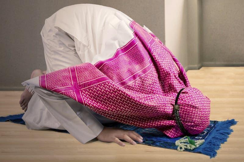 Prostration de pose masculine musulmane à la maison photos stock