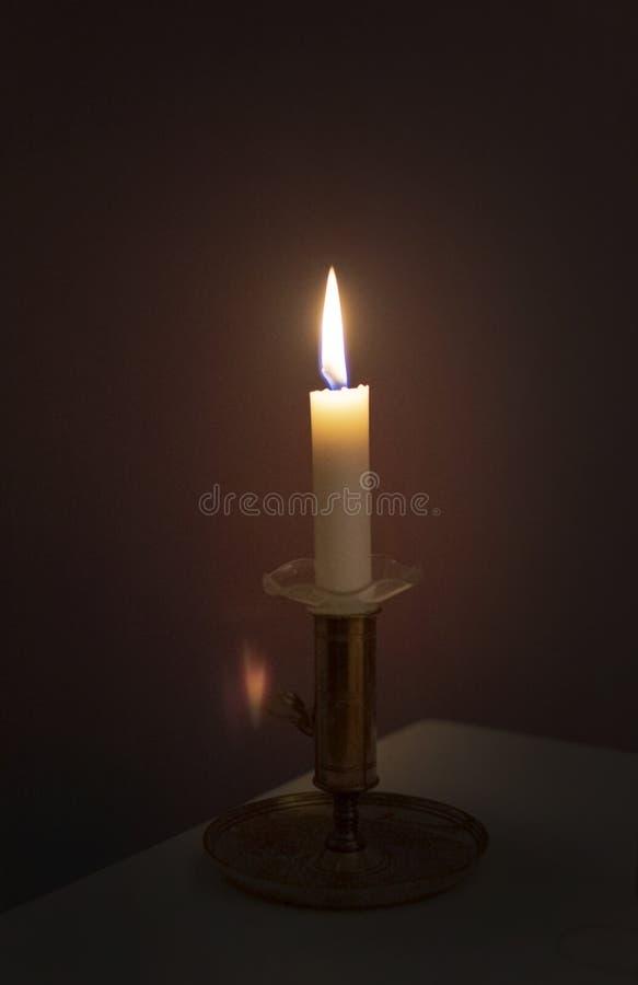 Prosty świeczki palenie w ciemności zdjęcie royalty free