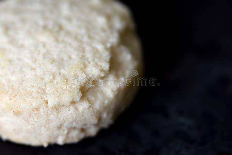 Prosty biały ciastko na czerni desce makro- obrazy royalty free