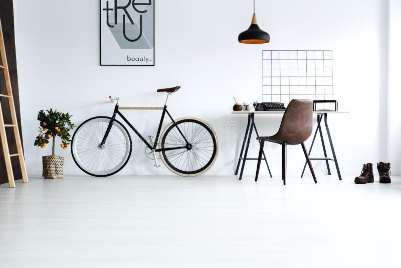 Prosty, biały pokój z rowerem, zdjęcie stock