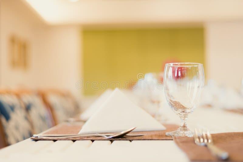 Prosty czysty biały bieliźniany elegancki stołowy wierzchołek przy świetnym restauracyjnym łomota doświadczeniem obrazy stock