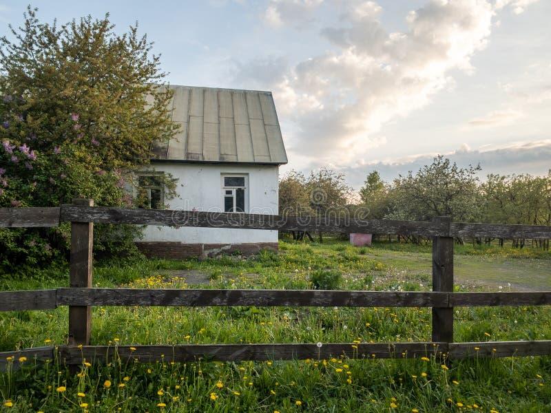 Prosty dom wiejski z drewnianym płotem w parku Koomenskoje zdjęcie royalty free