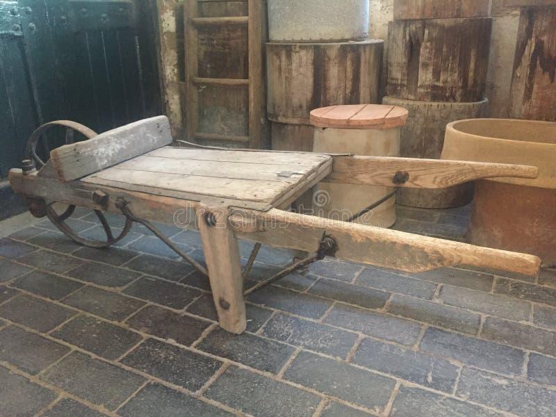 Prosty drewniany wheelbarrow od xix wiek II zdjęcia stock