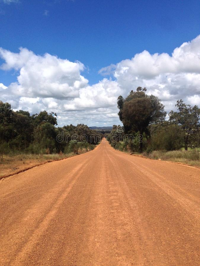 Prosty drogi gruntowej rozciąganie przez Australijskiej wsi obraz royalty free